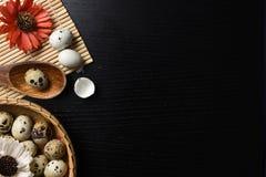 El estudio tiró de huevos en un fondo de madera negro Imagen de archivo libre de regalías