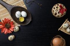 El estudio tiró de huevos en un fondo de madera negro Imagenes de archivo