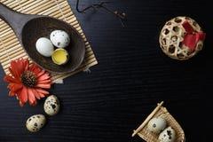 El estudio tiró de huevos en un fondo de madera negro Imágenes de archivo libres de regalías