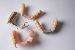 El estudio tiró de los dientes falsos de las diversas dentaduras imágenes de archivo libres de regalías