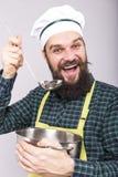 El estudio tiró de un cocinero con la sopa de la prueba de la barba con imagen de archivo libre de regalías