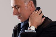El estudio tiró de un hombre con dolor en cuello Foto de archivo libre de regalías