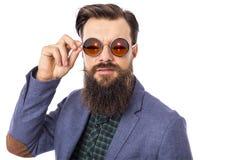 El estudio tiró de un hombre elegante hermoso con la barba y el bigote nosotros imagenes de archivo