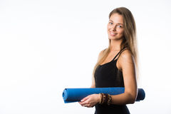 El estudio tiró del adolescente hermoso joven que sostenía la estera de la yoga y de la presentación lista para el gimnasio Imagenes de archivo