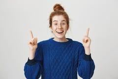 El estudio tiró del estudiante europeo pelirrojo atractivo alegre con las pecas lindas que destacaba y que sonreía ampliamente, s Foto de archivo