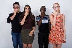El estudio tiró del grupo diverso de amigos étnicos multi que miraban sho Fotos de archivo