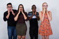 El estudio tiró del grupo diverso de amigos étnicos multi que pensaban el wh Foto de archivo