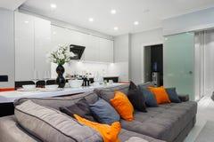 El estudio vivo blanco moderno con las puertas del dormitorio se abre Foto de archivo