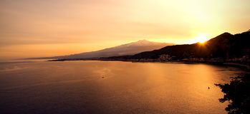 El Etna y mar Imagen de archivo libre de regalías