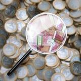 El euro acuña el fondo a través de la lupa Fotografía de archivo libre de regalías