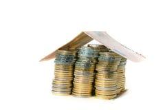 El euro acuña la casa de la pila con el tejado del billete de banco Fotografía de archivo