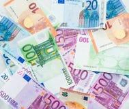 El euro carga en cuenta el dinero euro de los billetes de banco Moneda de la unión europea Foto de archivo