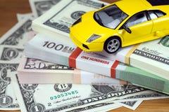 El euro del dinero y los dólares y el pequeño automóvil Foto de archivo libre de regalías