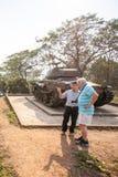 El europeo masculino está escuchando una guía vietnamita que habla A1 de la colina, el campo más importante de los colonos france fotografía de archivo