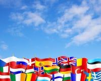 El europeo señala el fondo por medio de una bandera Imagenes de archivo