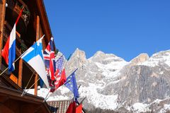 El europeo señala picos de montaña por medio de una bandera nevosos Foto de archivo