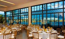 El evento corporativo, cena con la opinión de la bahía del mar, decoración presenta la decoración, banquete de la conferencia Foto de archivo