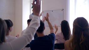 El evento del seminario, equipo acertado motivado feliz aplaude la solución acertada del problema con el entrenador cerca de la p metrajes
