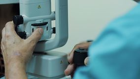 El examen del óptico los pacientes observa metrajes
