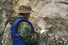 El examinar geológico fotografía de archivo