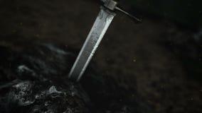 El excalibur épico dentro de una roca en un bosque almacen de video