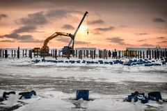 El excavador actúa encendido la isla ártica Foto de archivo