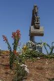 El excavador amarillo se coloca en una colina Imagenes de archivo