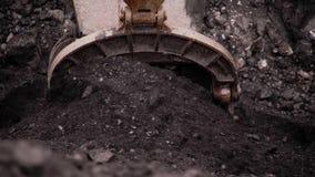 El excavador carga el carbón almacen de metraje de vídeo