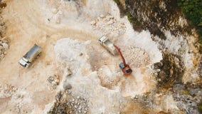 El excavador carga el camión en mina Filipinas, Siargao metrajes