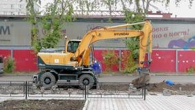 El excavador cava un foso almacen de metraje de vídeo