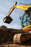 El excavador del cargador funciona en una mina Imagen de archivo