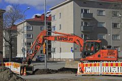 El excavador está cavando la tierra en Tampere Imágenes de archivo libres de regalías