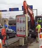 El excavador está cavando la tierra en Tampere Foto de archivo libre de regalías