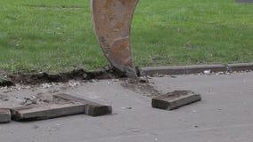 El excavador extrae el encintado del camino almacen de video