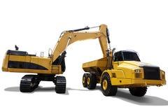 El excavador pesado carga el suelo en el camión Foto de archivo