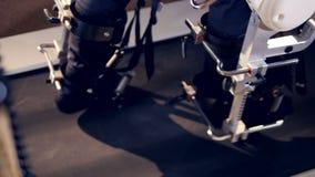 El exoesqueleto complicado parte en caminar paciente masculino almacen de metraje de vídeo