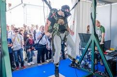 El experimentador del hombre siente el simulador de la instalación el saltar en caída libre de los vidrios con la realidad virtua Imagenes de archivo