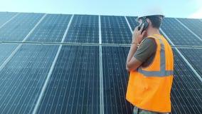 El experto del ingeniero en los paneles fotovoltaicos de energía solar con teledirigido realiza las acciones rutinarias para la s metrajes