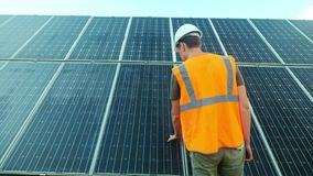 El experto del ingeniero en los paneles fotovoltaicos de energía solar con teledirigido realiza las acciones rutinarias para la s almacen de metraje de vídeo