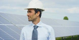 El experto del ingeniero en los paneles fotovoltaicos de energía solar con teledirigido realiza las acciones rutinarias para la s Imágenes de archivo libres de regalías