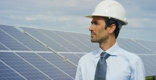 El experto del ingeniero en los paneles fotovoltaicos de energía solar con teledirigido realiza las acciones rutinarias para la s Imagen de archivo