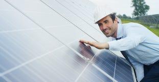 El experto del ingeniero en los paneles fotovoltaicos de energía solar con teledirigido realiza las acciones rutinarias para la s Imagen de archivo libre de regalías