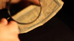 El experto evalúa el billete de banco almacen de metraje de vídeo