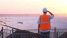 El experto técnico en los paneles fotovoltaicos de energía solar, teledirigidos realiza las acciones rutinarias para la supervisi almacen de metraje de vídeo