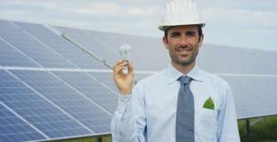 El experto técnico en los paneles fotovoltaicos de energía solar, teledirigidos realiza las acciones rutinarias para la supervisi Fotos de archivo