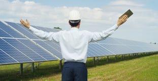 El experto técnico en los paneles fotovoltaicos de energía solar, teledirigidos realiza las acciones rutinarias para la supervisi Foto de archivo