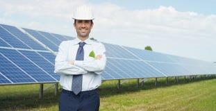 El experto técnico en los paneles fotovoltaicos de energía solar, teledirigidos realiza las acciones rutinarias para la supervisi Imagen de archivo