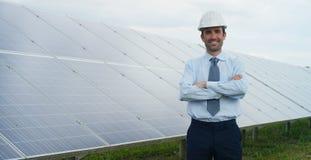 El experto técnico en los paneles fotovoltaicos de energía solar, teledirigidos realiza las acciones rutinarias para la supervisi Fotografía de archivo