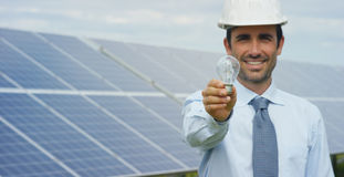 El experto técnico en los paneles fotovoltaicos de energía solar, teledirigidos realiza las acciones rutinarias para la supervisi Foto de archivo libre de regalías