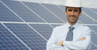 El experto técnico en los paneles fotovoltaicos de energía solar, teledirigidos realiza las acciones rutinarias para la supervisi Imagen de archivo libre de regalías